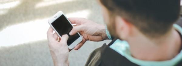 vista-superior-hombre-negocios-usando-smartphone-al-aire-libre-edificio-oficinas_1356-225