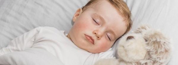 bebe-adorable-durmiendo_23-2147983528