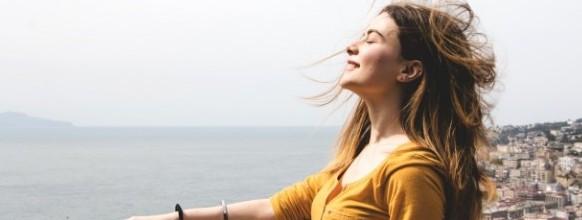mujer-disfrutando-aliento-viento_23-2147670157
