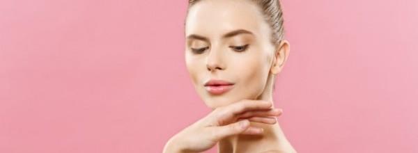 concepto-belleza-hermosa-mujer-raza-caucasica-piel-limpia-maquillaje-natural-aislado-fondo-color-rosa-brillante-copia-espacio_1258-1037