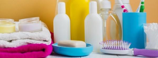 toalla-doblada-productos-cosmeticos-cepillos-dientes-sobre-fondo-naranja_23-2147818038