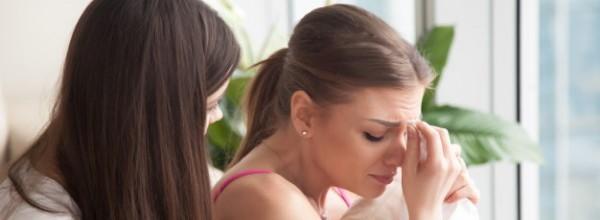 joven-deprimida-joven-llorando-novia-apoyandola_1163-4411