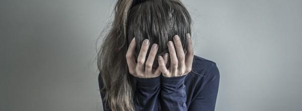nina-triste-deprimida-sostiene-su-cabeza-mujer-llorando_8119-1270
