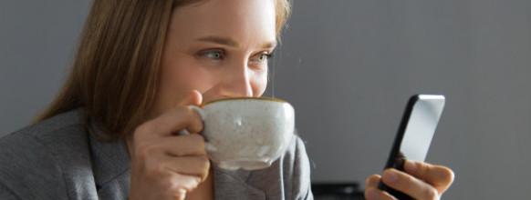 oficinista-alegre-que-disfruta-descanso-tomar-cafe_1262-18173