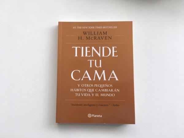 """El libo """"Tiende tu cama"""", es un texto de autoayuda en el que el autor enseña cómo obtener grandes logros a partir de pequeñas metas. Un regalo perfecto para papá."""