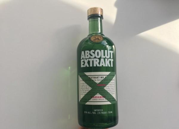 Absolut Extrakt es un licor intenso y delicioso que combina el extraordinario vodka Absolut con el sabor cálido y especiado del cardamomo verde. Tiene un gusto fresco y suave, con un suculento toque especiado.