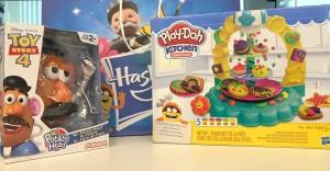 Hasbro nos invita a crear y decorar  la Torre de Galletas Play-Doh que incluye cortadores y moldes. Y también a Mezclar y combinar las piezas del Sr Cara de papa edición Toy Story.