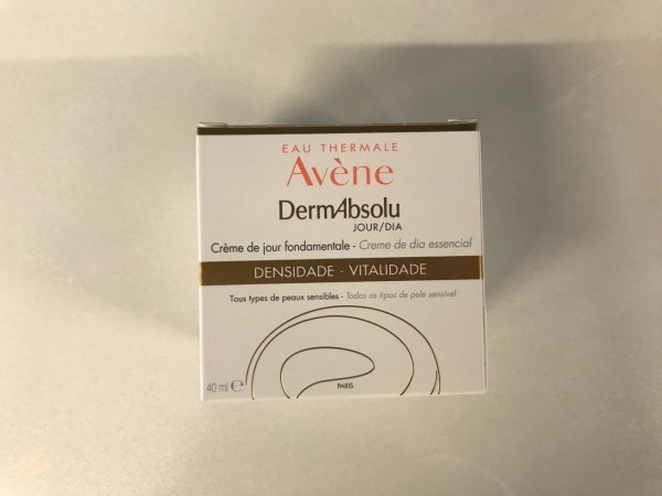 """La crema DermAbsolu de Eau Thermale Avène, es perfecta para las mujeres en la """"edad de oro"""", ayudándolas a redensificar su piel, revitalizarla, y definir visiblemente el contorno facial."""