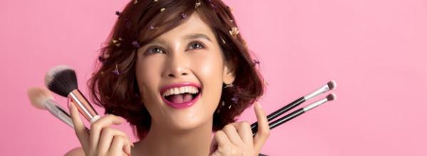 mujer-hermosa-joven-asiatica-pelo-corto-que-aplica-cepillo-cosmetico-polvo_1150-13018