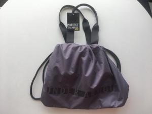 Este bolso deportivo de Under Armour es perfecto para llevar todo lo que necesitamos para ejercitarnos cuando baja el calor.