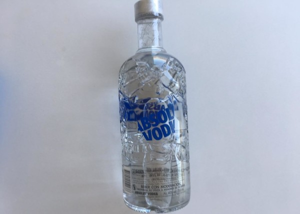 Esta botella de  botella de Absolut Vodka es perfecta para compartir entre amigos.